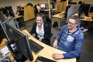 Caroline Eliasson är nyutexaminerad dataingenjör från Stockholm. Hon jobbar på CGI i Östersund med underhållssystem till JAS Gripen åt Försvarsmakten bredvid sin fadder Erik Stenlund.