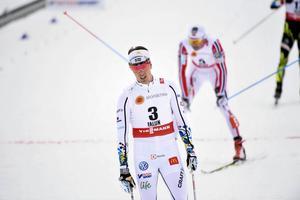 TV+TEXT: Calle Halfvarsson blev bäste svensk på herrarnas VM-skiathlon, trots bekymmer med stavarna.