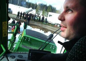 Martin Olofsson, Österåsen, nybliven världsmästare i skogsskotarkörning, bjöd på en imponerande resa  i den förarhytt som alltid står vågrätt oavsett hur markunderlaget ser ut. Foto: Ingvar Ericsson