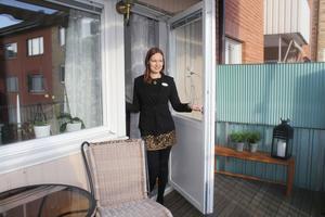 Anniqa Tengström bedömer att den rymliga balkongen gör lägenheten som är till salu ännu mer attraktiv. Balkongen brukar ligga på topplistan över det som är viktigt för köparna.
