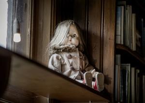 Helenas mammas gamla docka har fått ett nytt hem i fritidshuset.