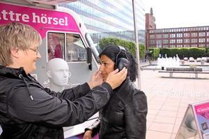 Snabb kontroll. En snabb och enkel kontroll – några pip i lurarna – och Mia Gårdhagen Söderstam kan kontrollera att Roshanak Kiani från Hörsam hör signalerna utmärkt. För den som inte klarar det inledande provet görs ett grundligare test inne i bussen, också det gratis.