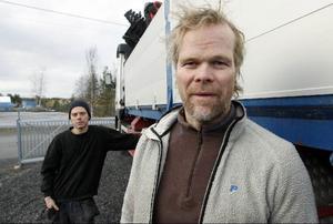 Det var Henrik Svensson och hans kompis Simon Sjöqvist som hittade den utmärglade örnen som nu har släppts fri efter 23 dagar på Frösö zoo.Här berättar han hur dåligt behandlad han blev av myndigheterna när han ville ha hjälp med fågeln.