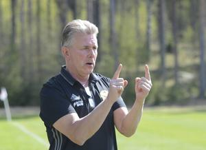 """Tränaren Tomas """"Hulta"""" Hultgren gjorde en lyckad taktisk korrigering i första halvlek. Efter det höjde sig Gustafs och tog en poäng borta mot Selånger."""