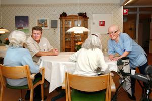 Små stunder för samtal är välkomna avbrott i vardagen för de äldre. Jan Blomkvist och Nina Wennström tar sig tid att stanna upp.