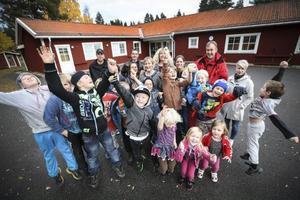 Glädje i Bringåsen när skolan räddas kvar i en politisk överenskommelse mellan Socialdemokraterna, Centern och Miljöpartiet. Skolan i Ope ska dock läggas ned.