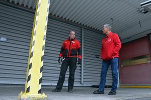 Butikschefen Roger Högberg och Frälsningsarméns Henry Lindell.