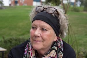 Gun Narfström är bekymrad och arg över de hot hon fått och den stora skadegörelsen av hennes bil.
