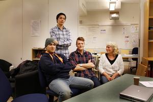 Ali Hussein, Sebastian Lund och John Fredriksson är oroliga för framtiden när Ung på väg försvinner. Här med coachen Kerstin Karlström.