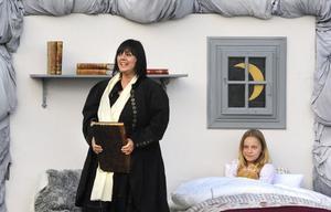 Åsa Jinder har bytt skepnad i sommar och spelar nu rollen som sagoberättande mormor åt Emy som spelas av Emy Åhlund.