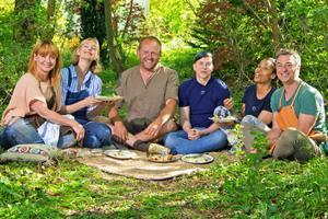 Programledaren Pernilla Månsson Colt, inredaren Malin Persson, trädgårdsmästaren John Taylor, brudparet Hanna af Kleen och Destiny Bergvall samt kocken Tareq Taylor.