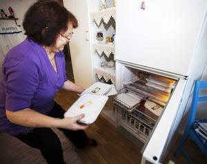 44 sorter av 80 är redan bakade och hemma hos Anna-Lisa Sundberg är frysen snart full. Flera av lådorna med kakor får särbon Björn Tång ta hem till Jädraås och lägga i frysen där.
