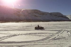 Det var i april i år som mannen lät sin dotter köra snöskoter i Härjedalen.