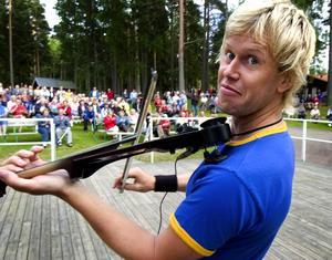 Glada toner i Mellsta. I går kväll var det dags för Kul i juli igen, och hundratals semesterfirare hade sökt sig till Mellsta för att njuta av sommarkvällen tillsammans. Foto:Johan Larsson