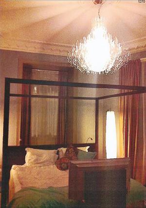 En kristallkorna svävar över sängen i ett av rummen där 37-åringens levde lyxliv under sina Europaresor.