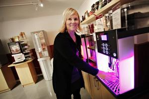 """KAFFESATSNING. En som vågar satsa trots dystra tider är Katarina Helling, vd på Jobmeal som hyr ut kaffemaskiner. Hon har 35 anställda och planerar att nyrekrytera. """"Men visst märker vi att det är färre som jobbar på företagen och det går mindre kaffe"""" säger hon."""