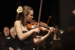Virtuos 21-åring på besök var mästarviolinisten Guro Kleven Hagen, som fick stående ovationer i Härnösand och Sollefteå på turné med Nordiska Kammarorkestern.