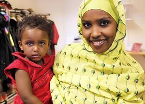 Assia Mohammad och Fatuma, 2 år, hälsade välkommen till afarernas kulturdag i Skutskär.