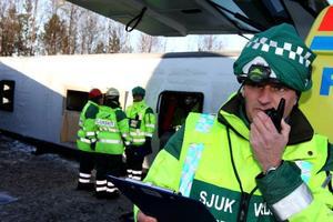 Kontroll på läget gäller det att ha när 15 personer ligger svårt skadade i en buss som vält av vägen.