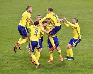 Victor Nilsson–Lindelöf firar tillsammans med lagkamraterna efter 1-0 mot Italien.