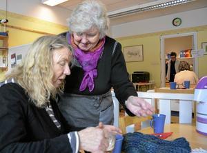 Stamgäst. Christa Wikander tar emot dagens kaka och kaffe av Ann-Britt Hansson. Den senare hjälper till just denna Alla hjärtans dag, då en speciell bakelse serveras.