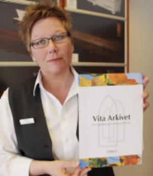 Anna Sjöström på Fonus delar ut 20 Vita arkiv i månaden till personer som har önskemål om sin begravning. Foto: Terese Ahlin