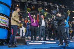 Sundsvall 19 april: Glädjeyra när Bergeforsborna vinner miljoner på Postkodlotteriet.