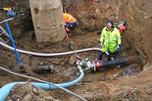 Ökade underhållskostnader bidrar till att tvinga fram kraftigt höjda avgifter för vatten och avlopp i Hallsbergs kommun. Bilden visar arbetet med att byta ut en vattenledning i Östansjö i november 2009. ARKIVBILD: STEFAN IGNELL