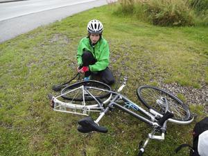 En av Karls och Ylvas första punkteringar i södra Gylland, Danmark, strax före tyska gränsen. Det skulle komma att bli 20 stycken totalt.Foto: Ylva Carlsson