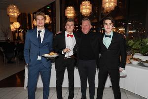 Victor Kröjs, Lars Carlström, Rhonny Nilsson och Pelle Jonasson minglade innan galan. Svegs IK representerades totalt av 18 spelare och ledare.