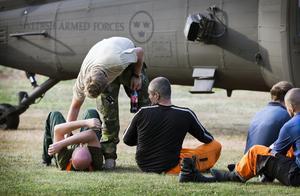 Försvarsmaktens helikopterbesättning räddade fem stycken skogsarbetare ur en sjö de hade flytt till när de överraskades av brandfronten.