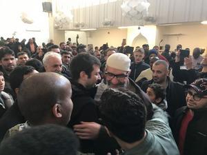 Många ville komma fram och krama om Abo Raad.