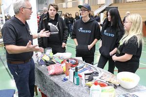 Thomas Gustafsson från Kopparbergsmacken berättar om företagande för Rickard Törnemar, Edolf Larsson, Ester Ståhl och Bianca Lundholm.