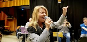 Sångerskan Anneli Kouthoofd har sjungit med Kanalbandet i sex år.