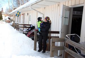 Varmt inomhus på sommaren, kallt på vintern. Men verksamheten är bra, betonar Hanna Grundahl Perols, förskollärare på Glashyttan i Elsborg.  Rufus Wenzel är ett år.