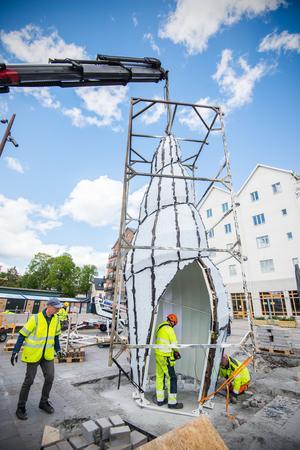 Strax efter klockan 14 kunde Solsnäckan lyftas på plats och skruvas fast på Sjötullstorget.