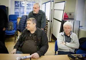 Dan Crona, den yngste medlemmen, här tillsammans med Kjell Carlsson och Bengt Björkbom, initiativtagare till den årliga fotoutställningen Planket i Gnesta.