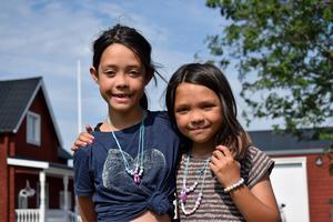 Eva och Dana, Mikaels döttrar, cyklade de 120 milen tillsammans med sin far.