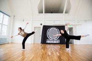 Gabriella Ek-Hällzon och Beatrice Mataika sträcker ut sina kroppar i Studiefrämjandets nya lokaler i Västra Mark.