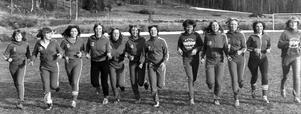 En träningsbild från Fästedals IP. Tolv av spelarna i Hackås joggar mot fotografen. Foto: Sporten