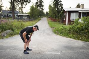 En av avloppsbrunnarna som avger skitlukt är placerad just vid infarten till Kjell Janssons och Carin Edlunds hus (till vänster i bild).