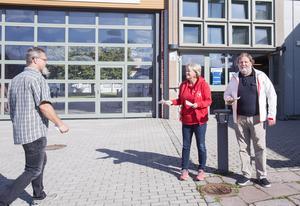 Ulla Andersson, V, och Håkan Selén, S, ägnade förmiddagen åt att dela ut valsedlar utanför Lillhagsskolan i septembersolen.