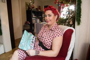 Cia Sandell med Rockabillykalendern som säljs till förmån till Hjärnfonden.