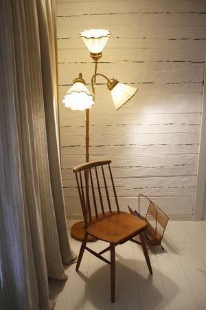 Lampan är köpt på auktion och pinnstolen har Evelina hittat på en soptipp.