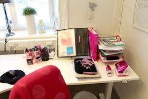 Till och med häftapparaten är rosa. Victoria har rosa som accent på sitt kontor.