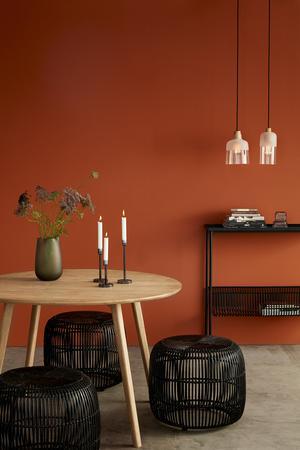 Det fortsätter att vara modernt med en stark färg på väggarna.Foto: Hubsch