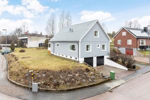 Nuvarande ägare till Disavägen 1 har ägnat en hel del tid åt att snygga till trädgården. Foto: Kim Lill, Husfoto