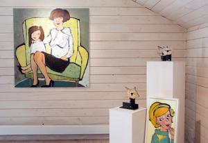 Kattskulpturer, kvinnoporträtt samt den stora målningen