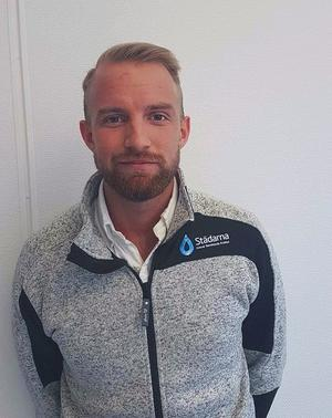 Christoffer Hallafors blev vd för Städarna Örebro vid 23 års ålder. Nu byter han jobb och blir vd för Vole, ett företag i byggbranschen med inriktning på bland annat rivning och håltagning. FOTO: STÄDARNA/PRESSBILD