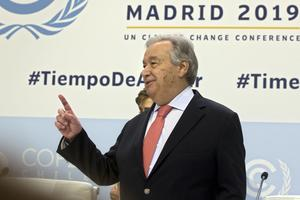 FN:s generalsekreterare Antonio Guterres har manat  till globalt eldupphör för att alla krafter gemensamt ska kunna bekämpa coronaviruset. Foto: Paul White/AP/TT